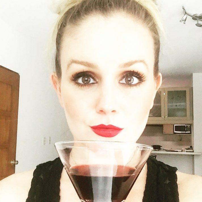 Acompáñame, yo invito. ¡Te invito una taza de café o una copa de vino tinto!